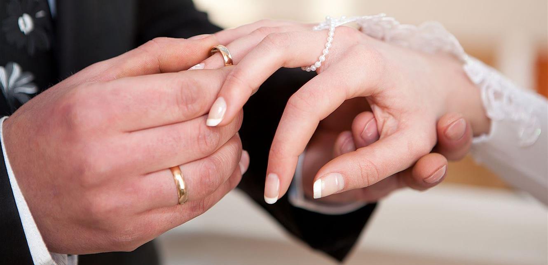 شابٌ وخطيبته يُلغيان زفافهما.. أمُّ العروس هربت مع والد العريس!